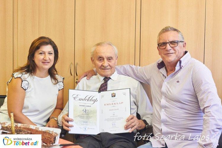 90. születésnapja alkalmából Dankó Lászlót köszöntötte Andó Károly önkormányzati képviselő