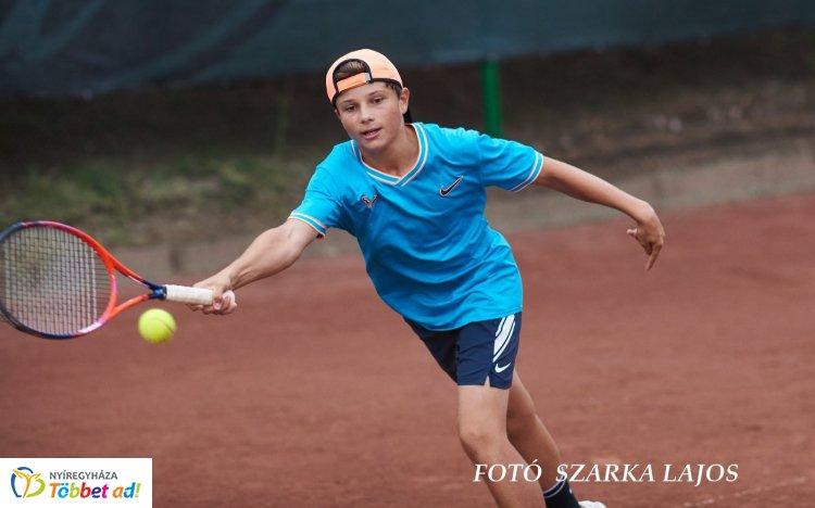 Korosztályos Bajnokság - folyamatosan mérkőzéseket rendeznek a teniszpályákon