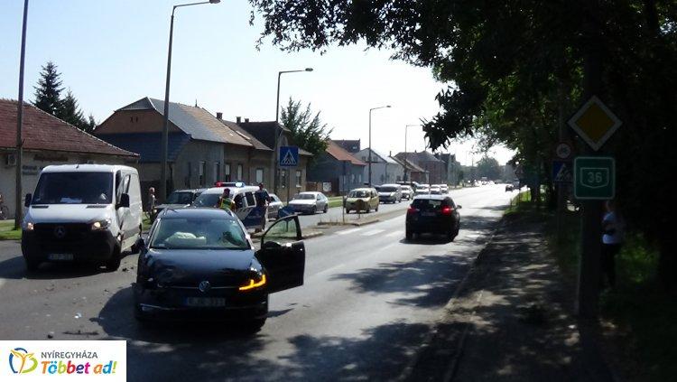 Délelőtt a Bethlen Gábor utcán egy haszonjármű és egy személygépkocsi karambolozott