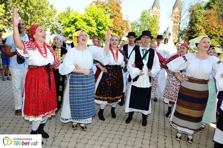 A világ táncosai Nyíregyházán - A mexikóiak életszeretetével és a thaiok harmóniájával...