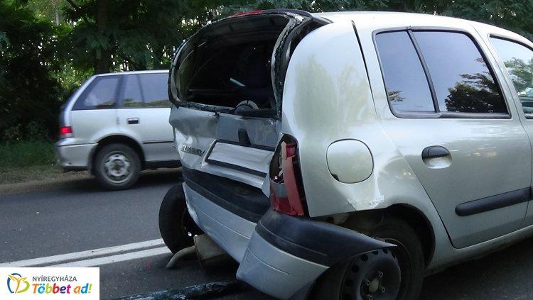 Négy jármű ütközött Nagyszállásnál, két sérültet kórházba szállítottak a helyszínről