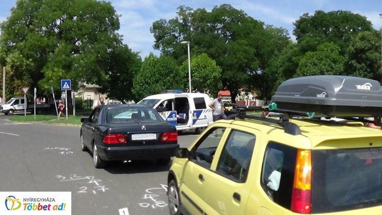 Két személygépkocsi ütközött a Fazekas János téren, személyi sérülés nem történt