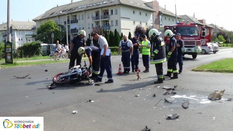 Életveszélyes sérülésekkel szállították kórházba a Kosbor utcán karambolozó motorost