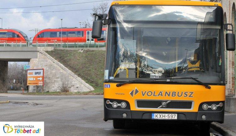 Változik a buszok és a vonatok menetrendje a hosszú hétvégén