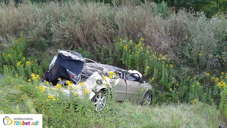 Súlyos sérülésekkel szállították kórházba a 403-as elkerülőn árokba boruló jármű sofőrjét