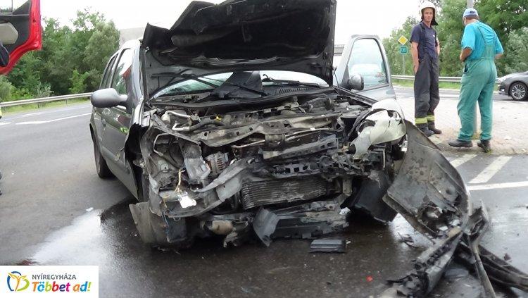 Totálkár – Karambol az M3-as autópálya lehajtójánál, egy személy megsérült