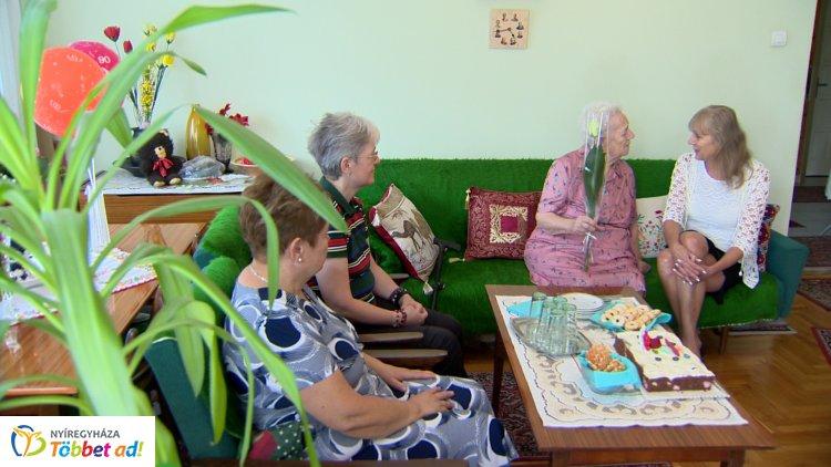90. születésnapja alkalmából Feczenkó Andrásnét köszöntötték Nyíregyházán