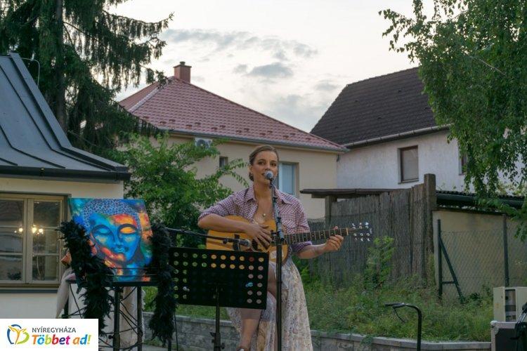 Kosik Anita, az énekes madár – A Bencs Villában tartott zenés estet a színház művésze