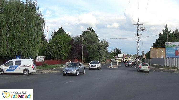 Álló személygépkocsira tolatott egy teherautó a Zrínyi Ilona utcán
