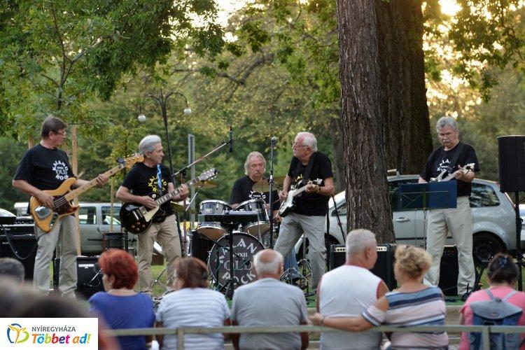 Most szombaton is volt Zene Sóstón! - A színpadon a Kaland Old Rock zenekar játszott