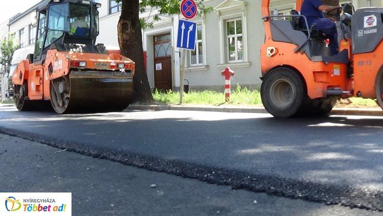 Forgalomkorlátozás! – Megkezdődött a Bethlen Gábor utca aszfaltozása