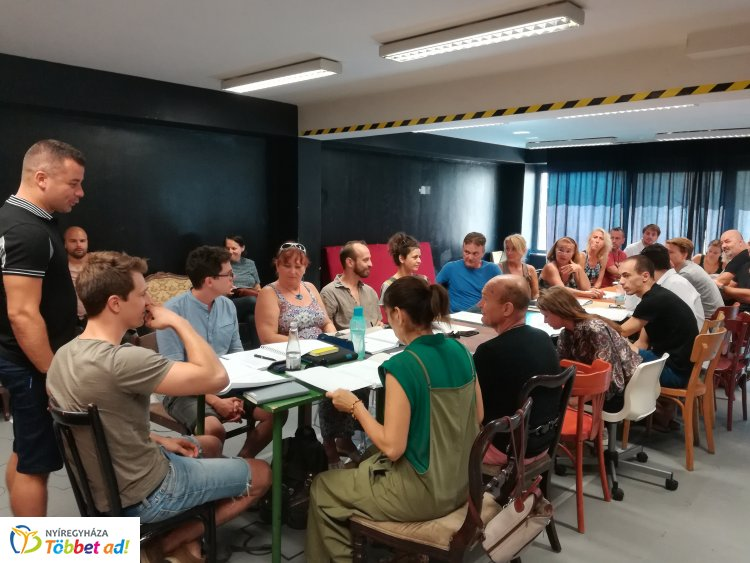 Ma tartották a Mesél a bécsi erdő olvasópróbáját a nyíregyházi Móricz Zsigmond Színházban