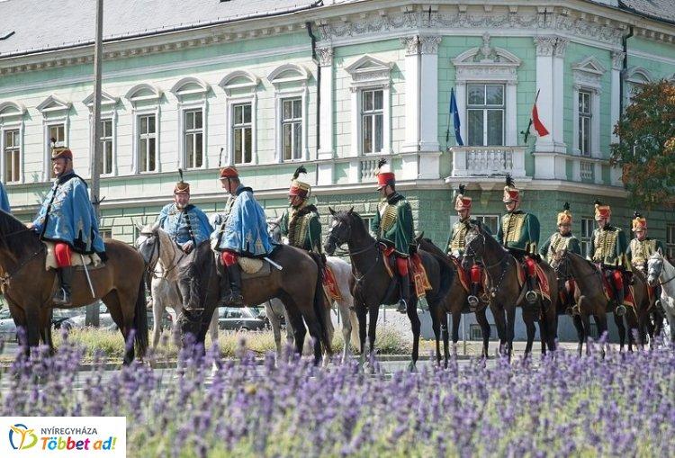 Ötven lovas galoppozott az Országzászló téren a 16. Huszártalálkozón
