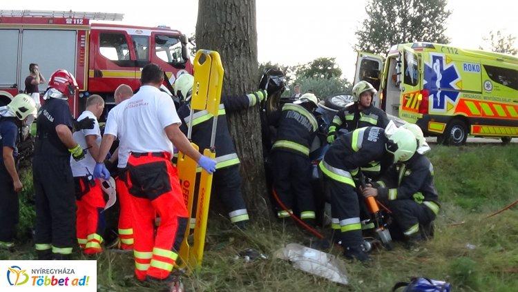 Életveszélyes sérülésekkel szállították kórházba a 38-as főúton balesetező sofőrt