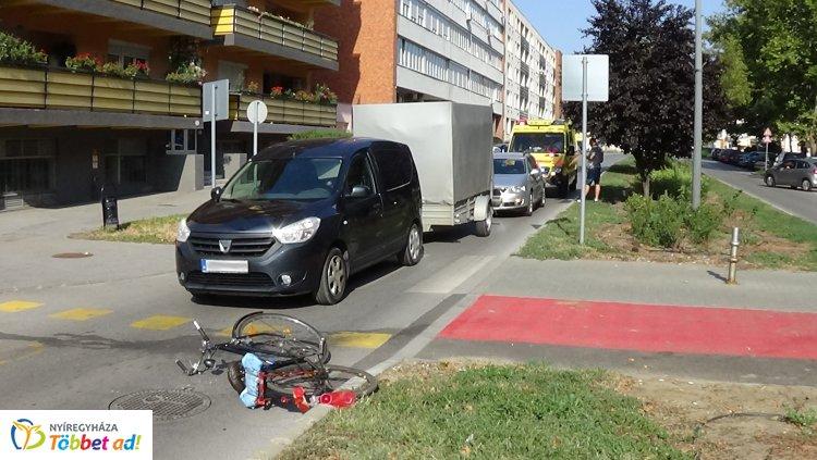 Kerékpárost gázoltak az Arany János utcán: a nő megsérült, kórházba szállították