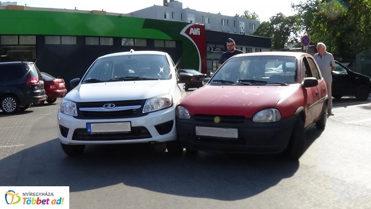 Kígyó utcai bevásárlóközpont parkolójában ütközött két személygépkocsi