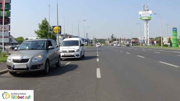 Nyergesvontatóról lehulló kavics törte be egy jármű szélvédőjét a Pazonyi úton