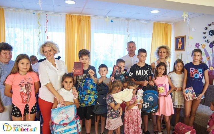 Fenntartható iskolakezdés – 40 adományozó 200 ajándékát adták át a rászoruló gyerekeknek