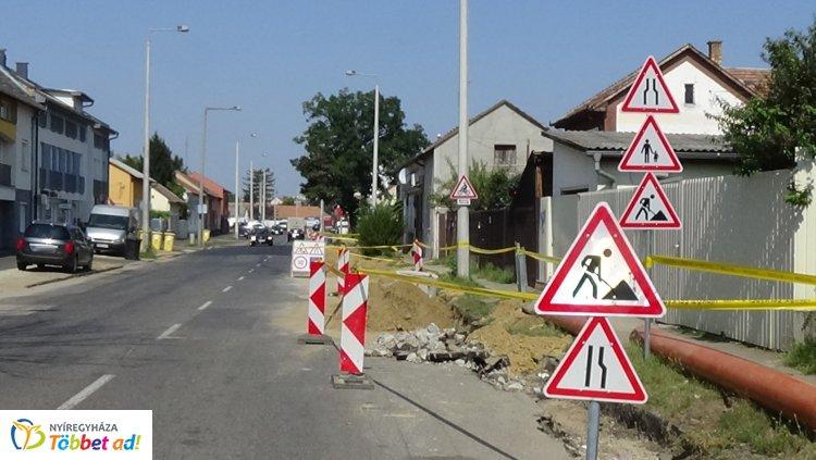 Forgalomkorlátozás – Hírközlési kábelt fektetnek a  Serház, a Hatház és a Kígyó utcákig