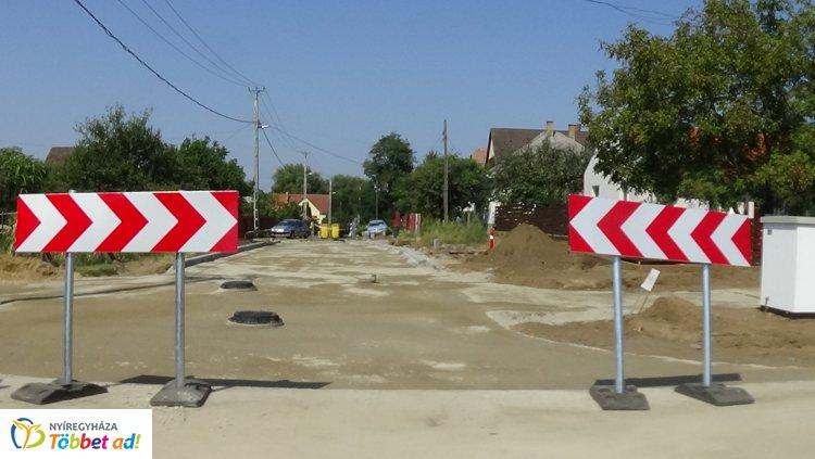 Útkialakítási munkálatok zajlanak a Rókabokori és a Bottyán János utca kereszteződésében