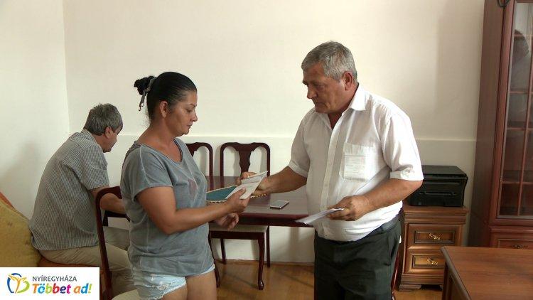 Jelképes adománnyal segíti a rászorulókat az LMP az iskolakezdésnél