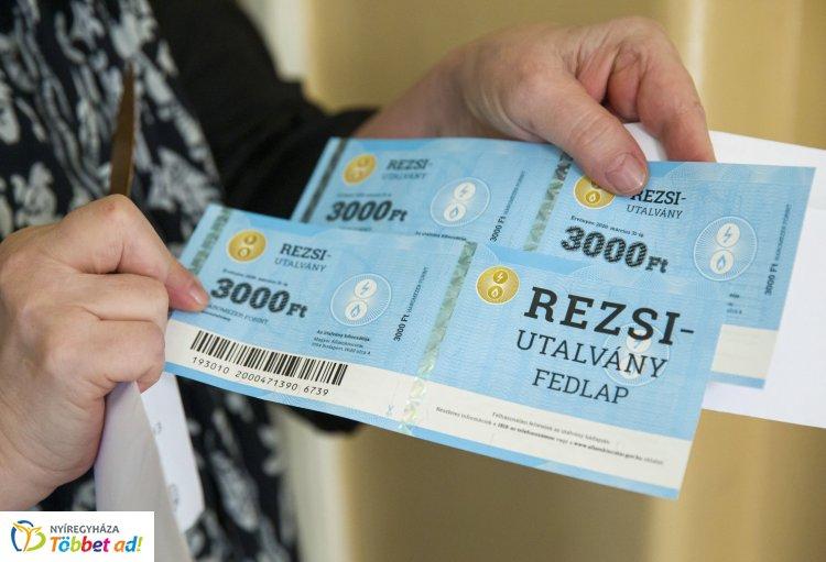 Megkezdődött a rezsiutalványok postai kézbesítése a nyugdíjasoknak