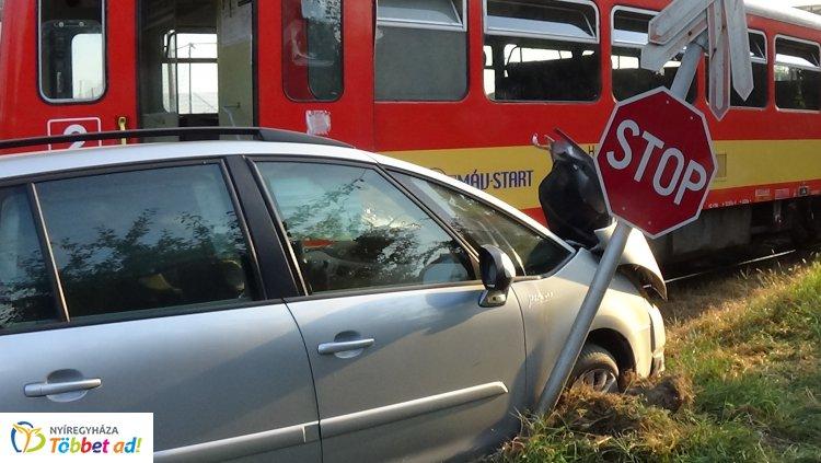 Vonattal ütközött egy személygépkocsi a Lapály utcai vasúti átjárónál – Fotók!
