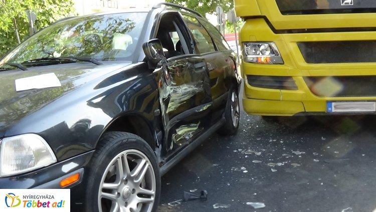 Jelentős anyagi kárral járó baleset lassította hétfő reggel az Északi körút forgalmát