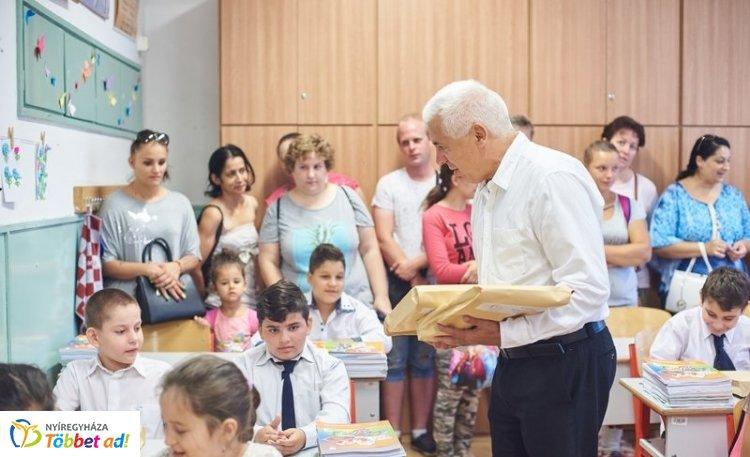 Tanszercsomagot kaptak az első tanítási napon a nyíregyházi alsós általános iskolások
