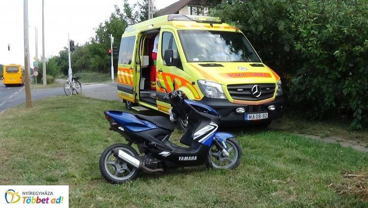 Álló személygépkocsi hátuljának csapódott egy motoros, kórházba szállították
