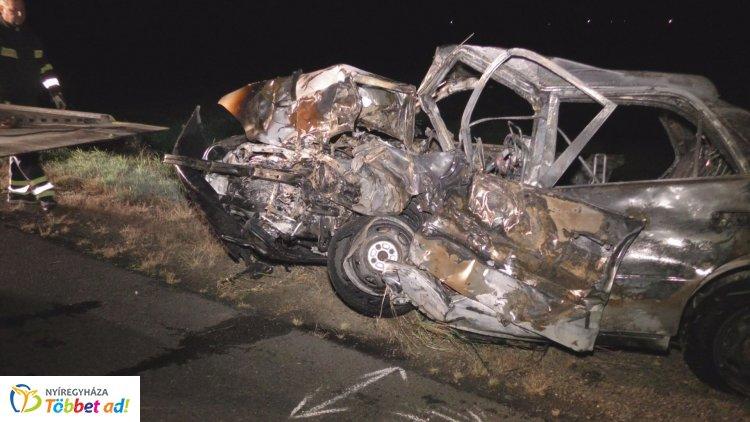 Tragédia! Egy ember életét veszítette, hárman megsérültek az éjjel történt balesetben