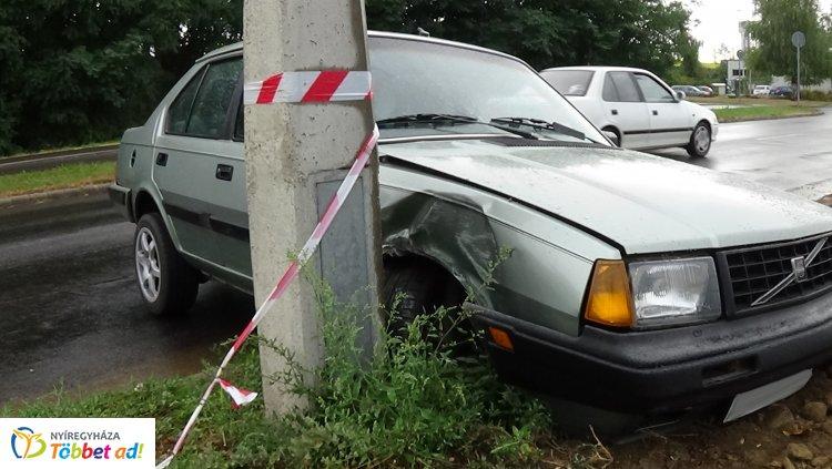 Villanyoszlopnak ütközött egy autó kedd este a Törzs utcán, jelentős az anyagi kár