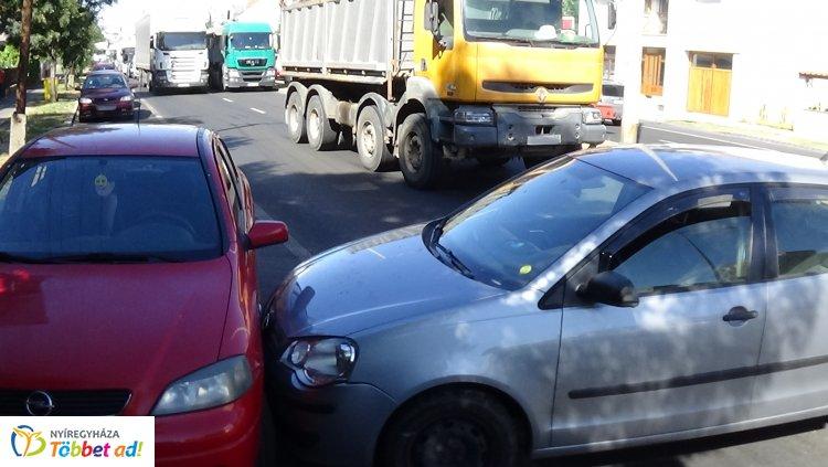 Jelentős az anyagi kár: baleset történt szerda délután a Mező utcán