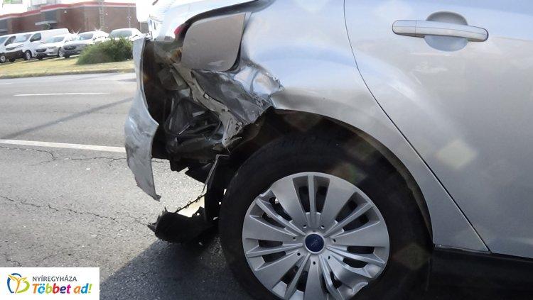 Két személygépkocsi ütközött a Kosbor utcán, jelentős az anyagi kár