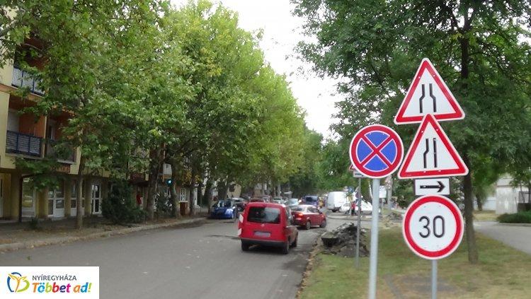 A közműfedelek szintbe helyezésén dolgoznak a Vasvári Pál utcán