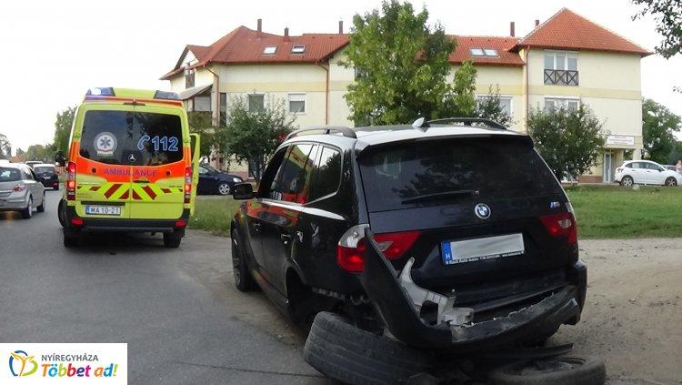 A Család utcán karambolozott két jármű, egy személyt kórházba szállítottak