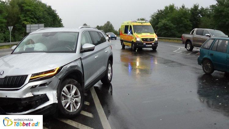 Egy terepjáró és személygépkocsi ütközött az M3-as lehajtójánál, egy személy kórházban