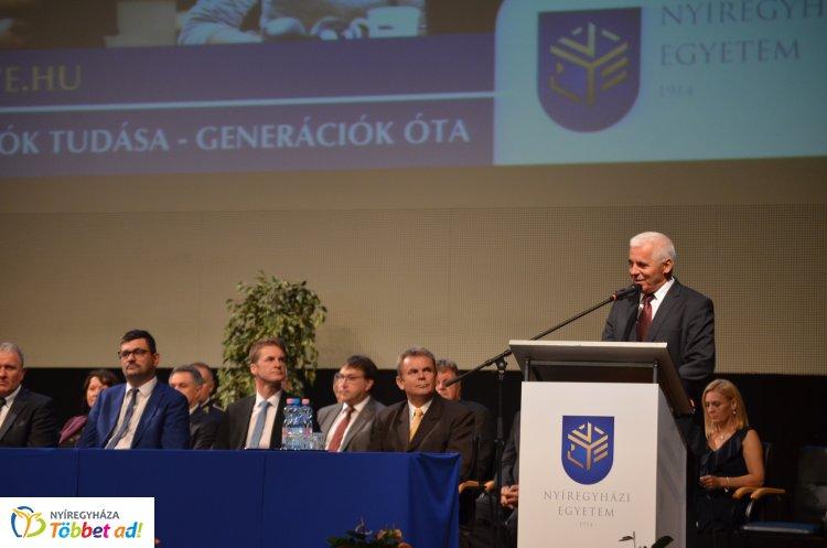 Eskütétel és jubileumi diplomások a Nyíregyházi Egyetem tanévnyitóján