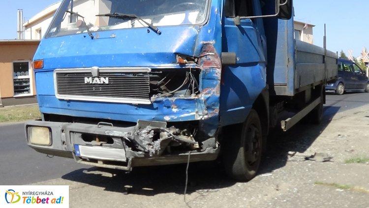 Totálkárosra törtek – Két személy megsérült a Simai úton történt balesetben