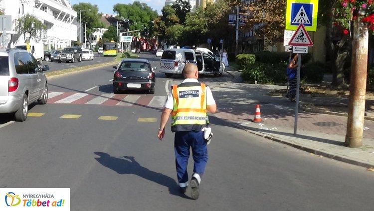 Két kerékpáros ütközött össze a belváros egyik gyalogátkelőhelyénél