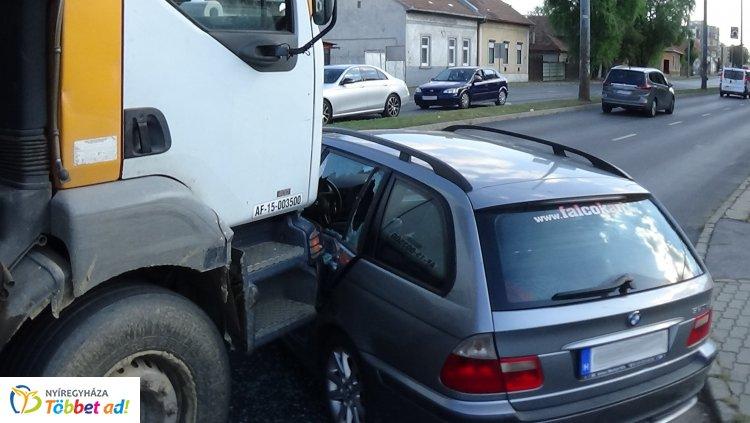 Jelentős anyagi kárral járó baleset történt a Liliom és a László utca csomópontjánál