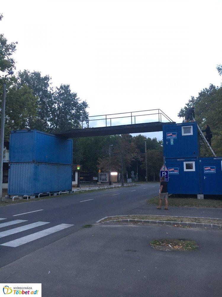 Híd épült a Sóstói úton - a Krúdy Vígadó előtt különleges építmény készült.