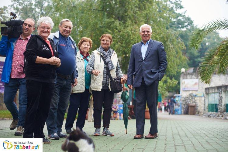 Ingyenes állatparki sétára invitálták ma a nyíregyházi nyugdíjasokat