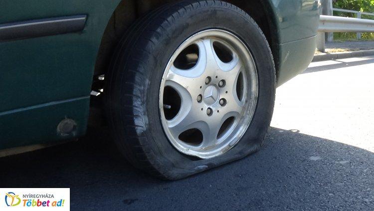 Járdaszigetnek ütközött egy jármű, a sofőr szerint egy induló autóbusz leszorította