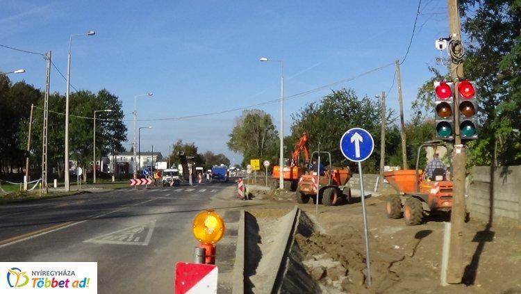 Jelzőlámpa irányítja a forgalmat a Tiszavasvári út és a Szélsőbokori utca csomópontjánál