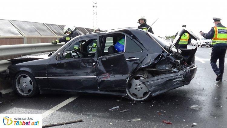 Hármas karambol a Debreceni úti felüljárón – Egy személy megsérült, az anyagi kár jelentős