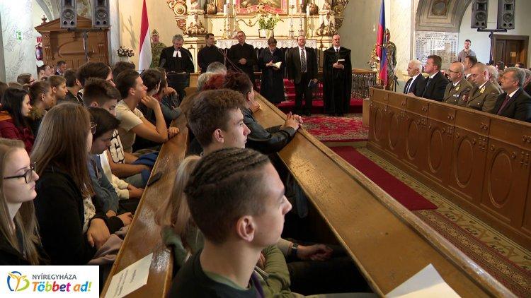 Több százan tisztelegtek ma Nyíregyházán az aradi vértanúk emléke előtt