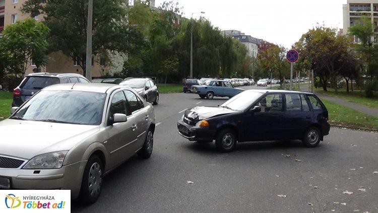 Két autó ütközött még pénteken a Szántó Kovács János utcán, jelentős az anyagi kár