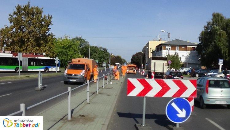 Munkálatok végeznek a Magyar Közút munkatársai Nyíregyházán, az Állomás téren