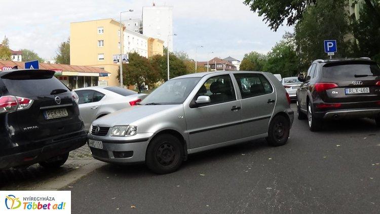 Két autónak is nekitolatott egy parkolóból kiálló személygépkocsi